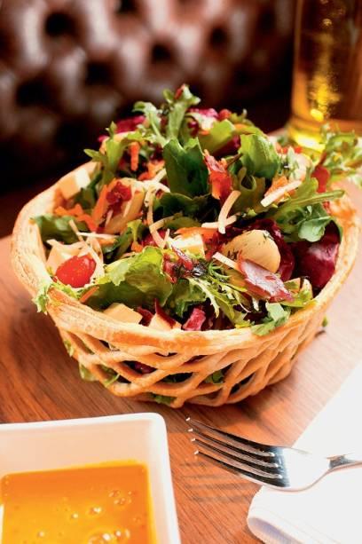 Salada na cestinha de massa folhada