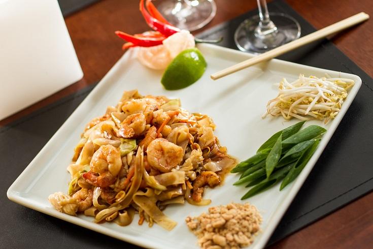 Carro-chefe da casa, o pad thai é feito com talharim de arroz salteado na wok, camarões, lulas e legumes