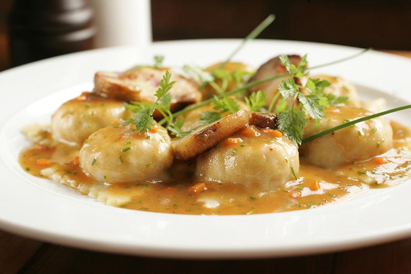 Ravióli de galinha de angola e queijo taleggio ao molho assado