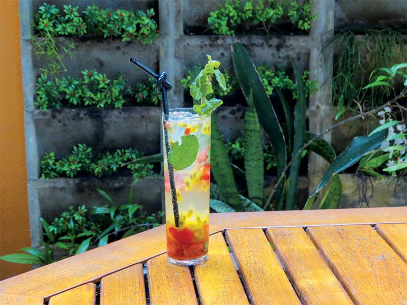 Razz: club soda, rum, morango, maracujá e hortelã fresca e na forma de xarope