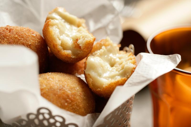 Croquetas de queijo gorgonzola e manjericão