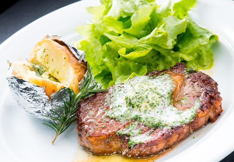 Cozinha de bistrô: prato como o entrecôte na manteiga de ervas