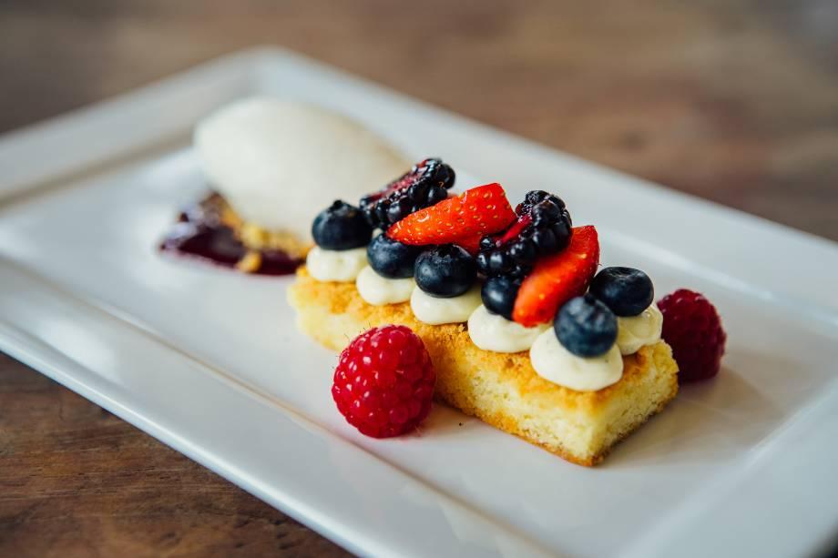 Sobremesa: brownie de chocolate branco enfeitado com frutas vermelhas e sorvete de iogurte