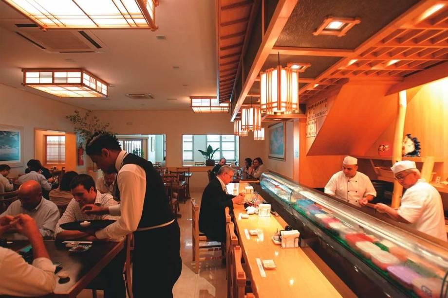 O sushiman em ação (à direita) com o assistente Aldenir Araujo: receitas clássicas