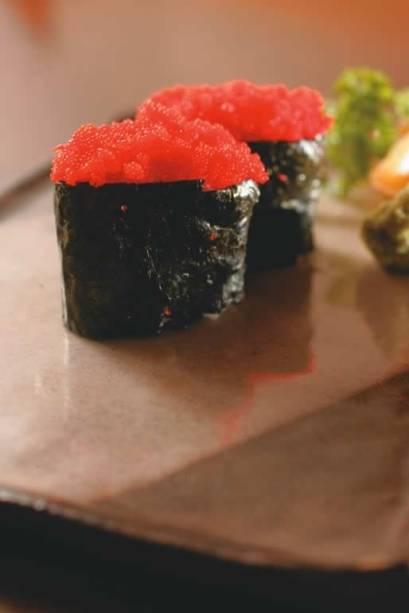 Sushi coberto de ovas