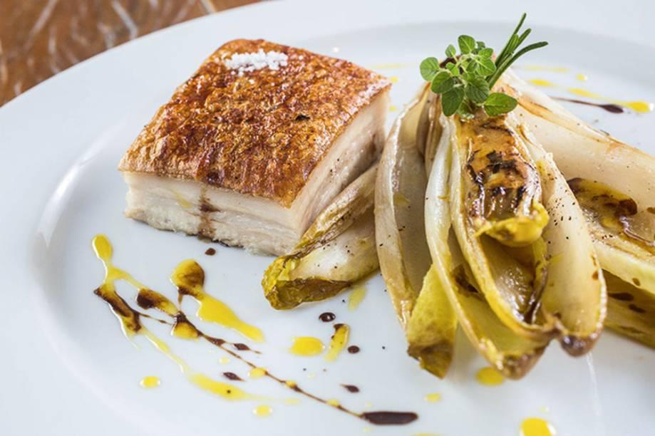 Pancetta de leitoa: servida com endívia