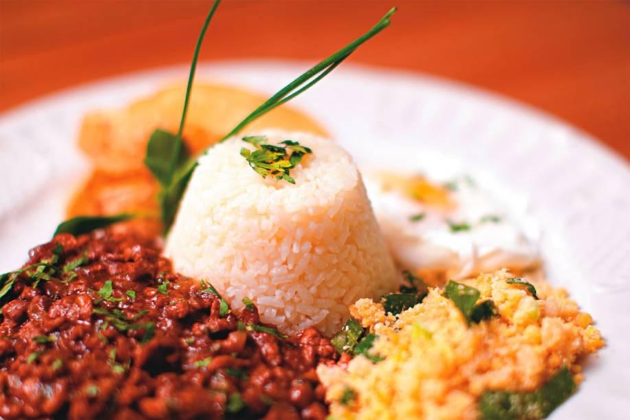 O picadinho com ovo poché, farofa, batata e arroz