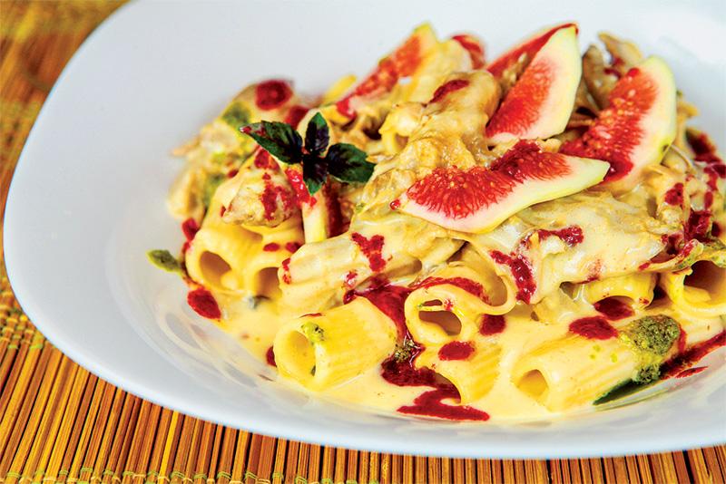 Rigatoni ao ragu de pato, fi go e vinagrete de frutas vermelhas