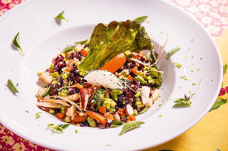 Risoto de arroz negro com legumes e queijo de cabra
