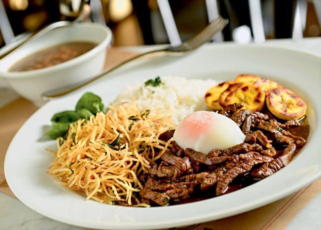 Sugestão da segunda: o picadinho de filé-mignon com arroz, feijão, banana-da-terra frita, batata palha ao alecrim, raspas de limão e um ovo