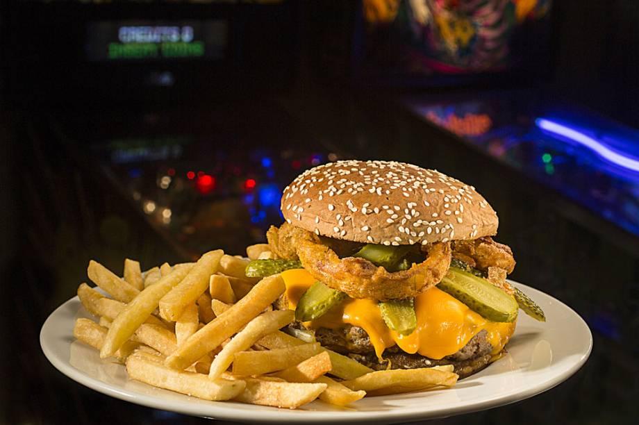 RocknRoll Burger: hambúrguer com farofa de bacon e cheddar