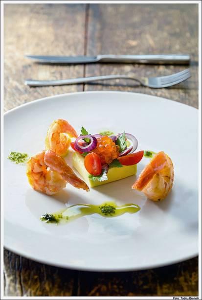 Gelatina de abacate com camarões salteados e ovas de salmão