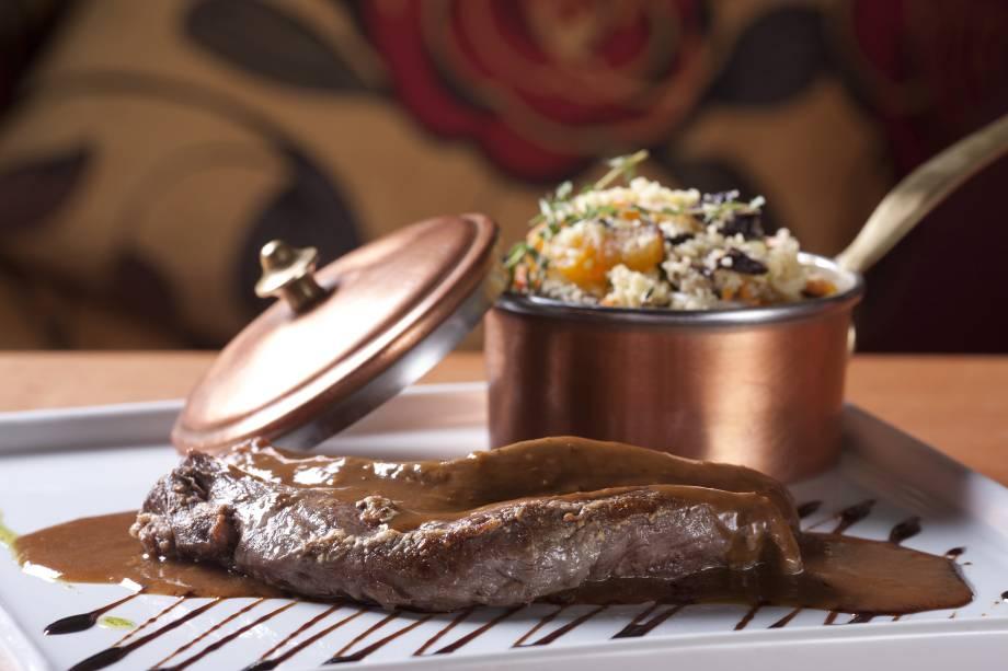 Mignon de cordeiro com cuscuz de legumes e frutas secas: receita da chef Danielle Dahoui, do Ruella