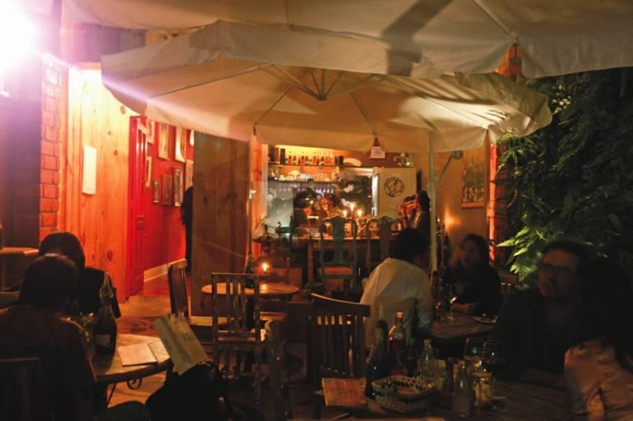 Boa pedida para as noites quentes: a charmosa varanda do Sacra Rolha, na Vila Mariana