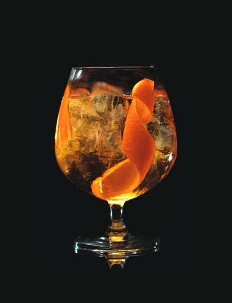 Saffron: combina o gim francês, água tônica, raiz de açafrão, gotas de bitter de laranja e casca de laranja-baía