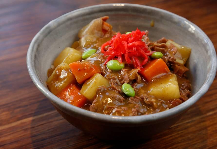 Curry rice: cozido de legumes e carne bovina com molho de curry e arroz (R$ 19,00)