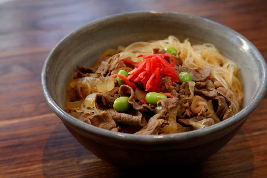Gyudon: arroz com carne bovina e cebolas cozidas em molho levemente adocicado R$ 19,00)
