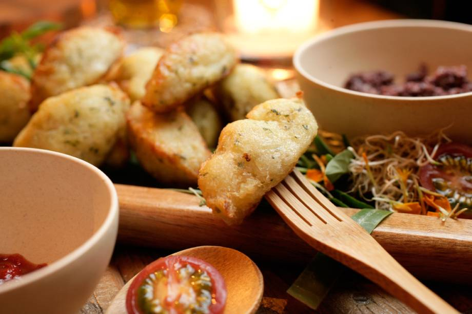 Porção de bolinho de arroz e bacalhau
