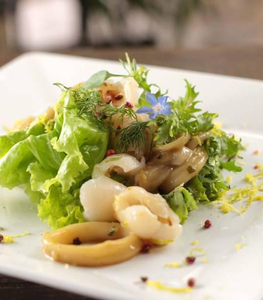 Salada de lula e lichia com molho levemente apimentado