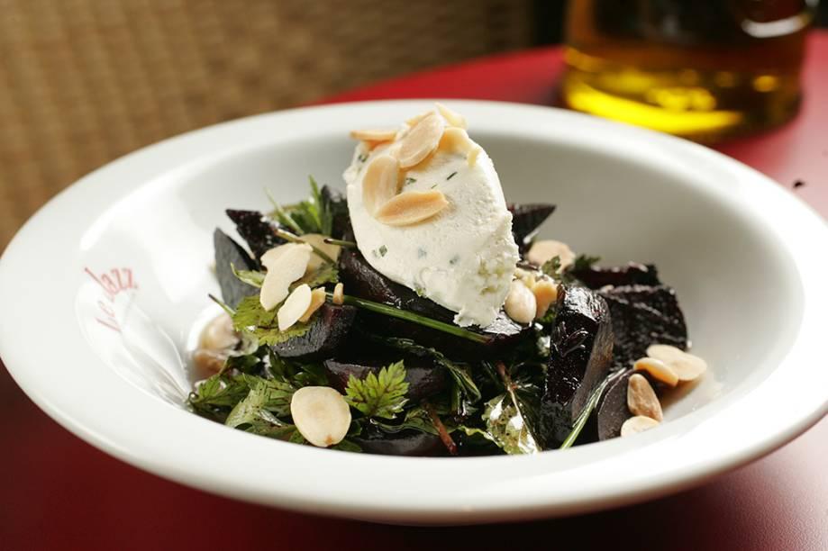 Salada morna de beterraba com queijo de cabra cremoso e ervas