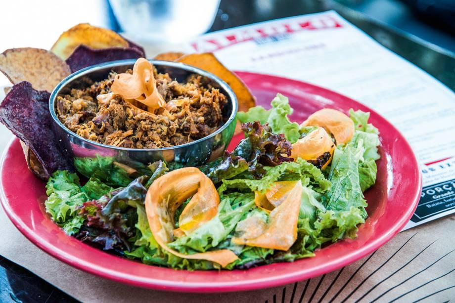 Tigre Cego: Costela de porco com salada, no formato de prato