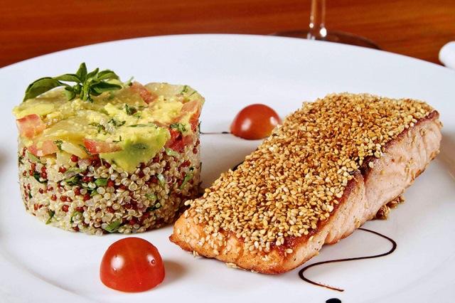 Salmão em crosta de gergelim com mix de quinoa