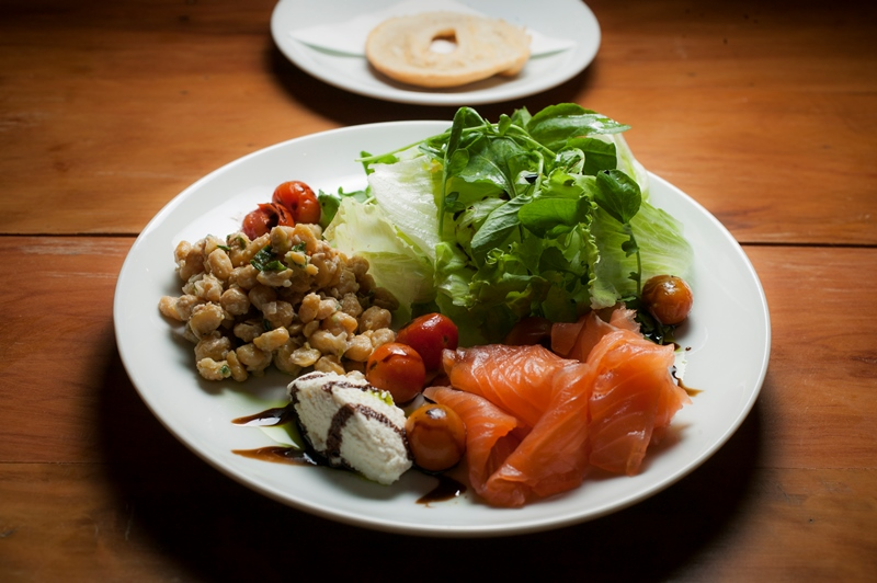 Salmão lox: salada verde com o peixe defumado, grão-de-bico e torrada de bagel
