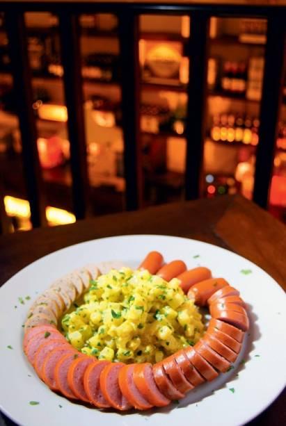 Salsichas com salada de batata