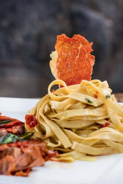 Massas frescas na Via Emilia Piadineria: tagliatelle na manteiga e sálvia finalizado com presunto de Parma