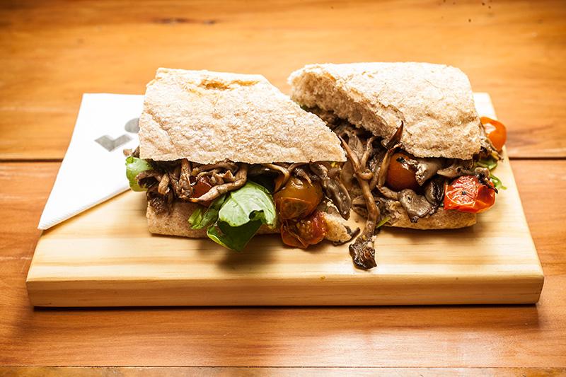 Versão vegetariana: cogumelo shimeji, tomate e rúcula ao azeite de limão-siciliano e pão ciabatta integral