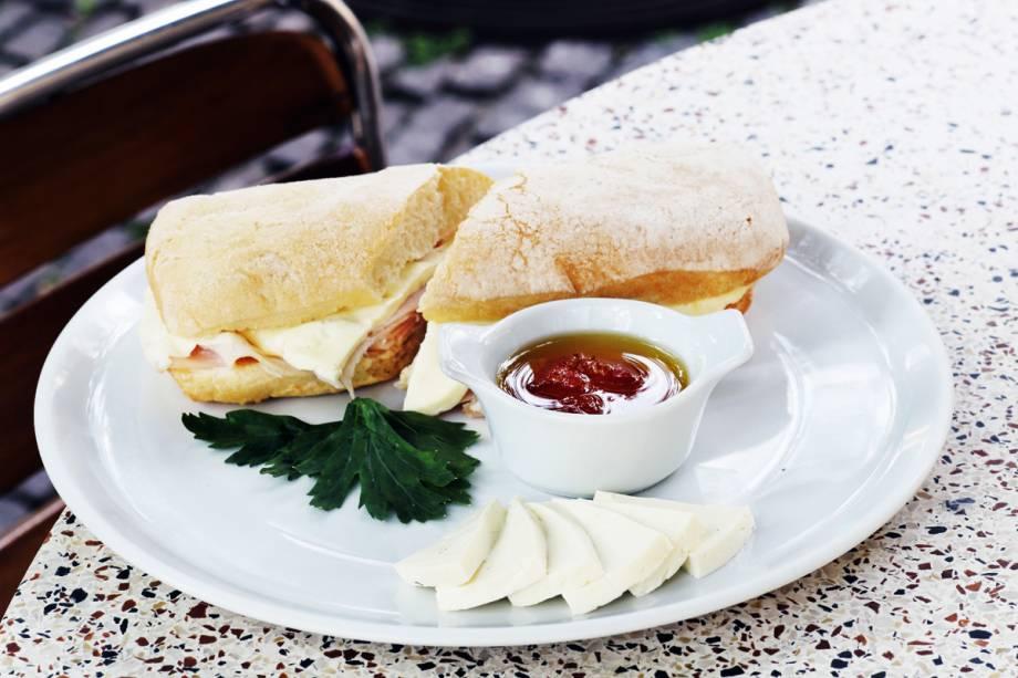 Sanduíche de peito de peru e queijo branco e o suco verde: opções do menu especial