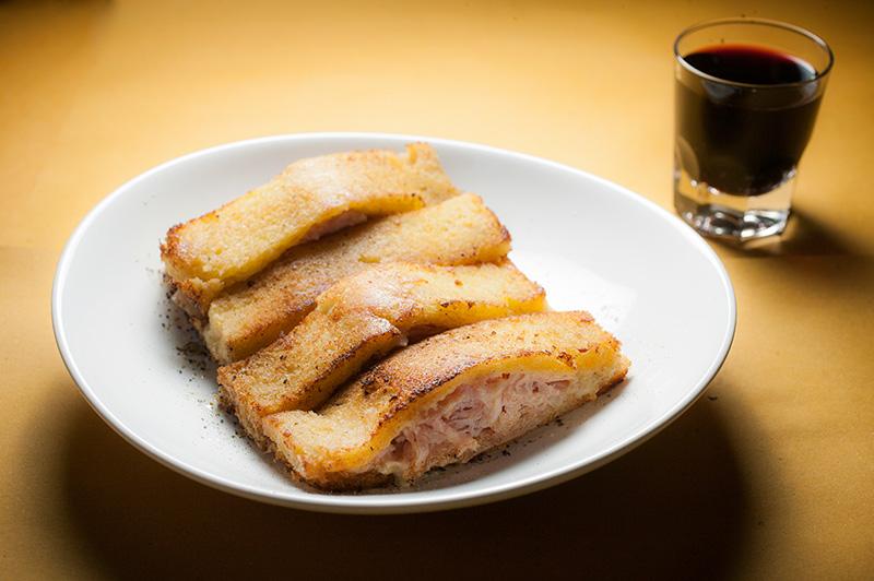 Il Pierino: pão de miga recheado de creme de queijo suíço e presunto cozido