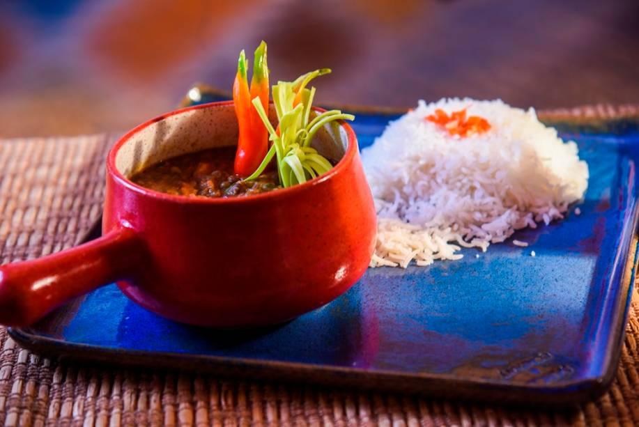 O vegetariano maa ki daal, de feijões e lentilhas em molho de tomate pode ser guarnecido de arroz basmati