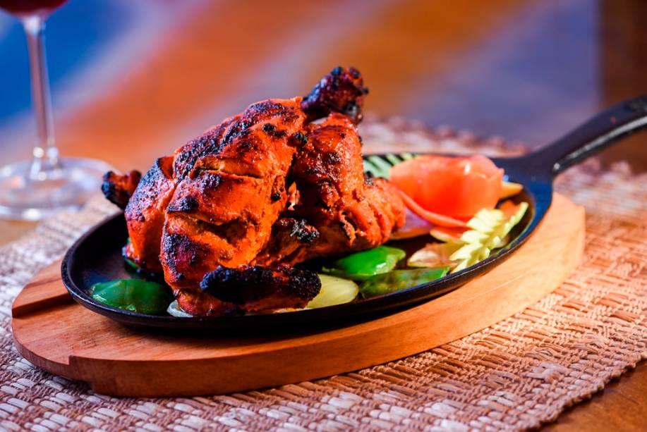 O franguinho ao curry vermelho no forno tandoor é combinado a cebola-roxa e pimentão na chapa