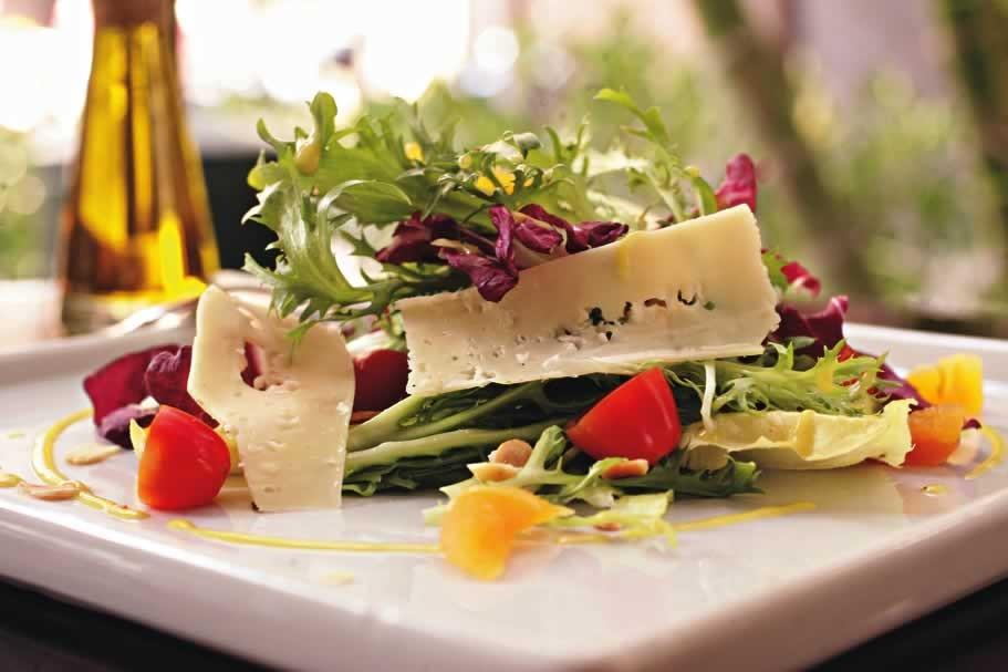 Salada verde acrescida de queijo emmental e damasco
