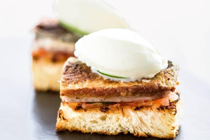 Miya – Sardinha grelhada e crocante com brioche, sorbet de iogurte e finas fatias de limão