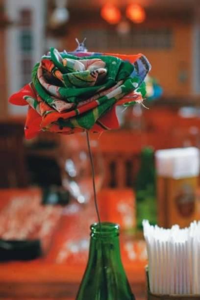 Sobre a mesa: flor de chita