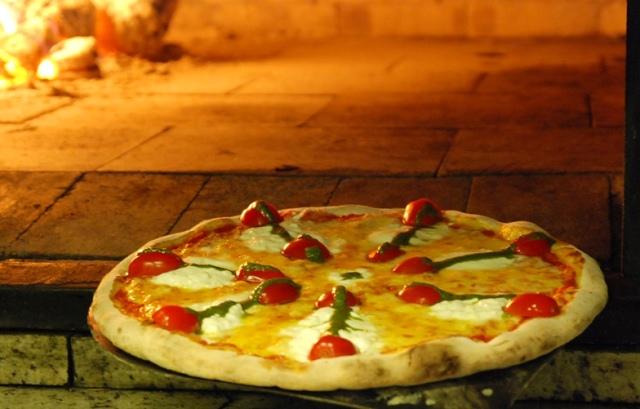 Pizza de burrata: uma versão cremosa e amanteigada da mussarela de búfala, acompanhada de tomatinhos e pesto