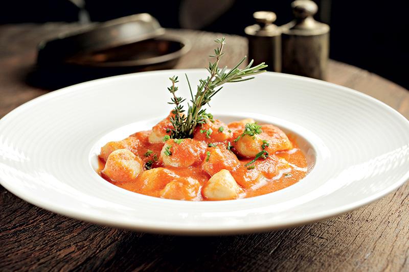 Nhoque de batata ao molho de tomate com queijo fontina