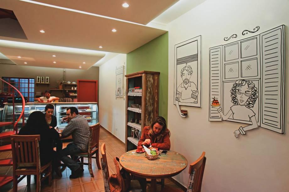 O salão de móveis rústicos: decorado com painéis em formato de janelas