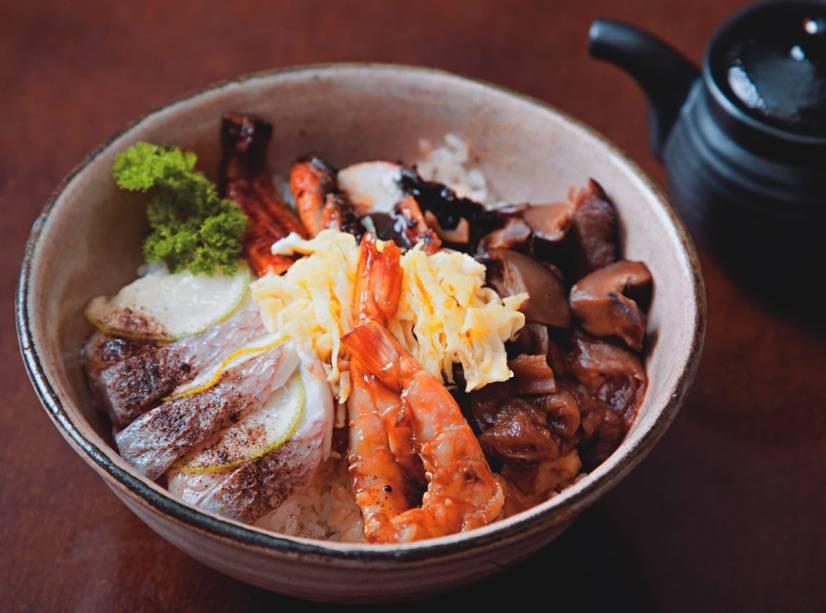 Sushi quente de robalo no vapor, shiitake, camarão e enguia ao molho tarê