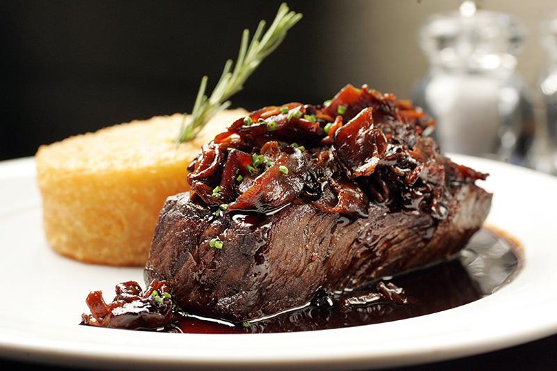 O shoulder steak de wagyu tem o acompanhamento de bolo de mandioca e cogumelos