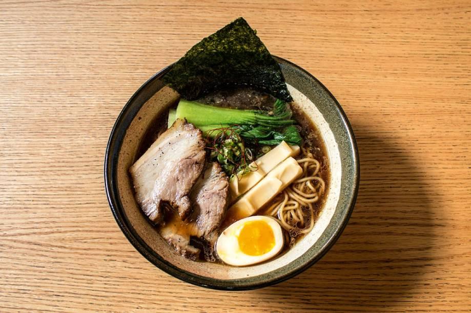 O shoyu lámen vem no caldo no estilo ton tori chintan, feito com porco e galinha, e seus toppings incluem barriga de porco, ovo e broto de bambu
