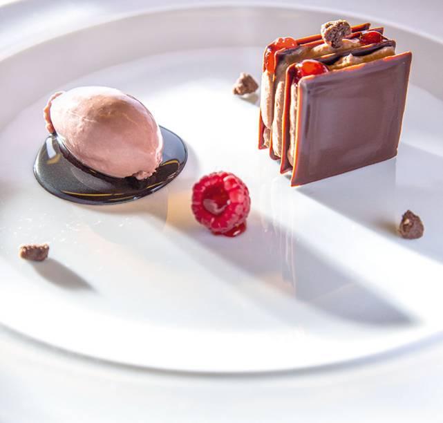 Chocolate, framboesa, pimentão e crumble de cacau: sobremesa do menu