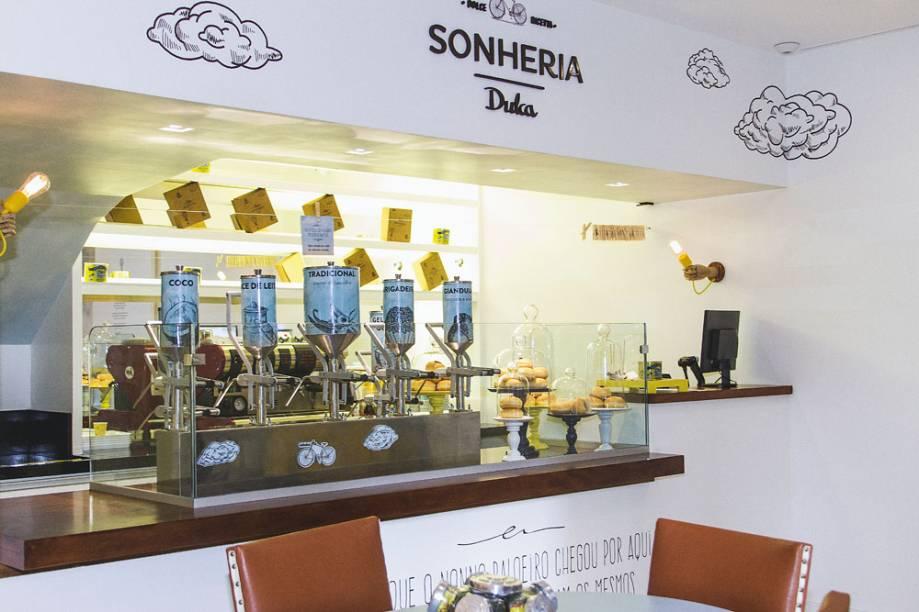O balcão de guloseimas oferece opções como a de doce de leite; ao todo são sete versões