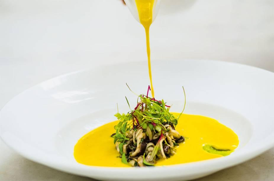 Abóbora: sopa cremosa do legume com mix de cogumelos e um toque de wassabi