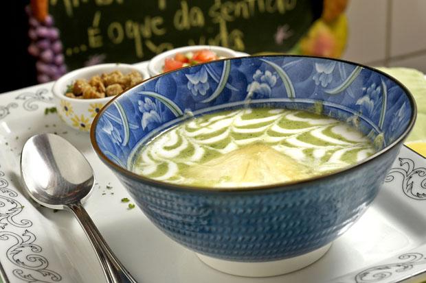 Sopa fria de abacaxi com croutons