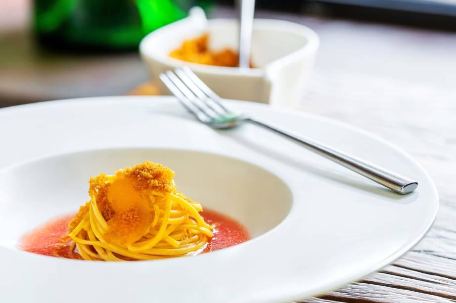 Clássico revisitado: espaguetine frio com passata de tomate e bottarga salpicada