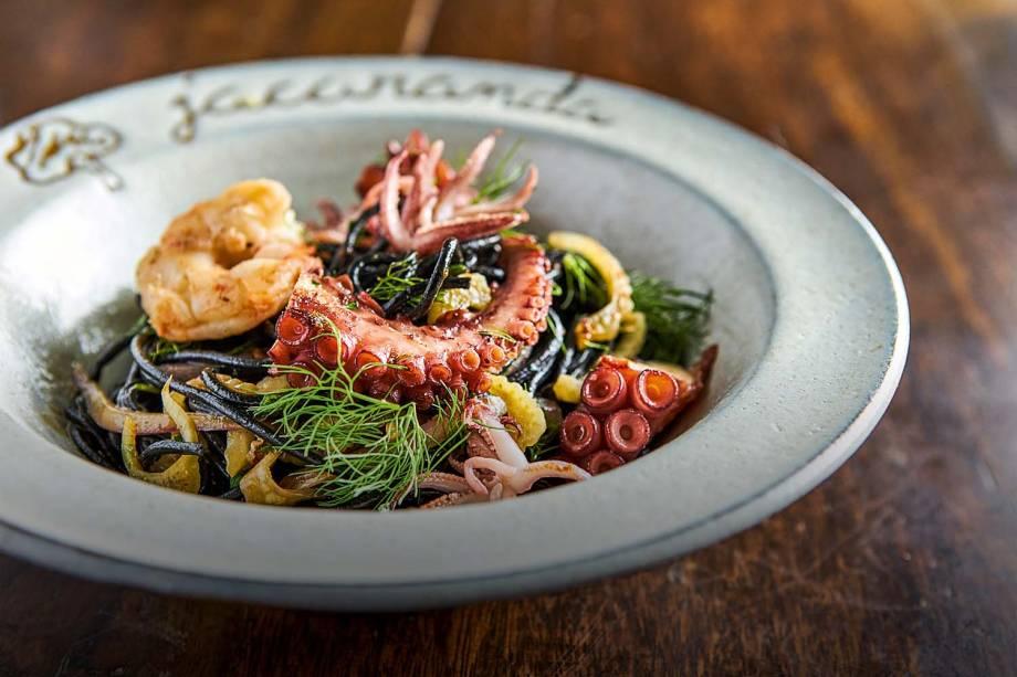 Espaguete nero di seppia: com polvo laminado, lula e camarão