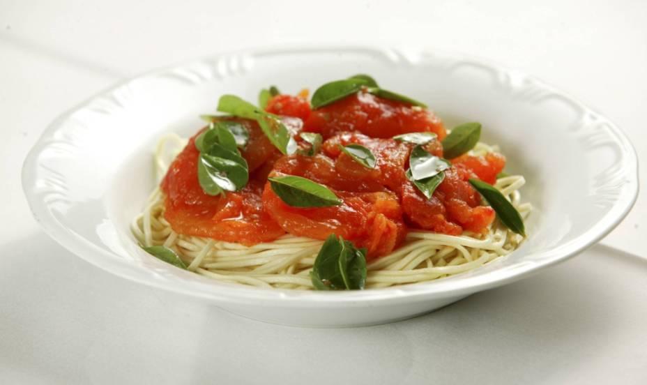 Spaghetti Notte: macarrão ao molho de tomate e manjericão